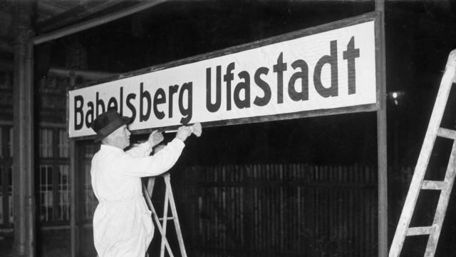Bahnhofsschild 'Babelsberg Ufastadt' wird installiert, 1938 | The station nameboard 'Babelsberg Ufastadt' is installed, 1938