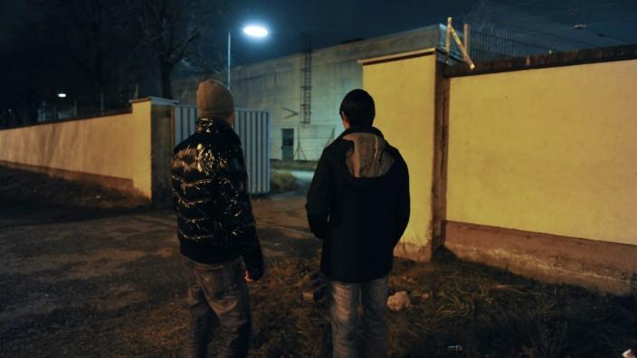 Bayernkaserne: Jugendliche Flüchtlinge vor dem Tor der Bayernkaserne. (Archivbild)
