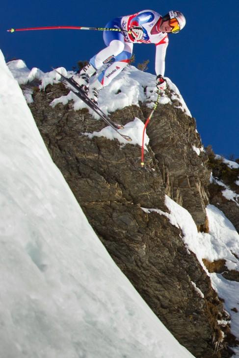 Der Schweizer Beat Feuz stürzt sich kopfüber den Hundschopf hinunter