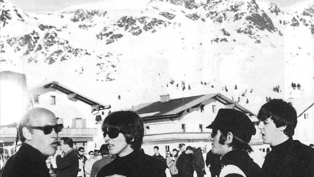 """Richard Lester mit George, Ringo und Paul bei Dreharbeiten zu """"Help"""""""
