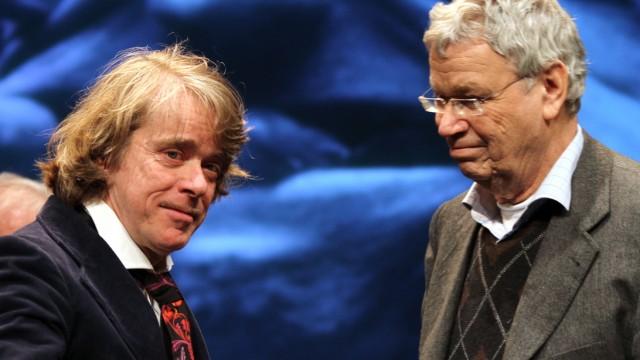 Helge Schneider erhält Karl-Valentin-Preis: In der Tradition von Karl Valentin: Gerhard Polt (rechts) überreicht Helge Schneider zwei Farbeimer als Preis.