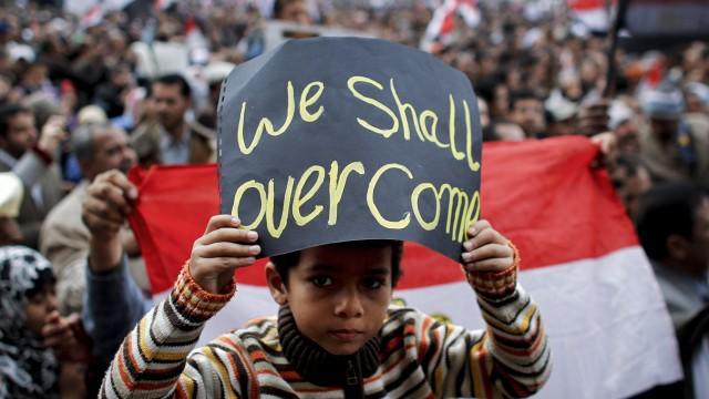 Ägyptischer Junge auf dem Tahrir-Platz in Kairo während der Revolution im Februar 2011