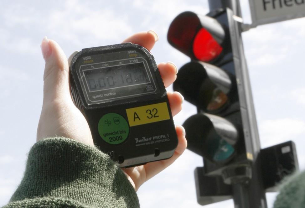 Polizei kontrolliert Rotübertritte von Verkehrsteilnehmern