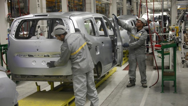 Moroccan employees work in the new Renault factory in Melloussa