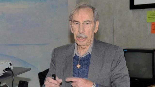 """Dachau: """"Du bist nicht daran schuld"""", sagt Bernard Marks und tröstet ein weinendes Mädchen."""