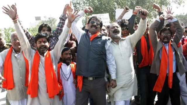 """Hindus stürmten Set zu bin Laden-Film: Fundamentalistische Hindus protestieren gegen die Dreharbeiten zu Kathryn Bigelows Film """"Zero Dark Thirty"""" in Indien."""