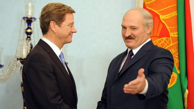 Bundesaußenminister Guido Westerwelle (FDP) und der weißrussische Präsident Alexander Lukaschenko (r) bei einem Treffen Ende 2011 in Minsk