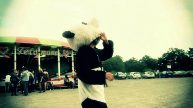 Die ARD wird jugendlicher: Der Abend soll jung werden, so haben es die Programmverantwortlichen beim SWR jetzt für den Digitalsender Eins Plus beschlossen. In Mission Mittendrin muss Moderator Steffen König in verschiedene Rollen schlüpfen und etwa als Panda verkleidet über die Schweizer Grenze laufen.