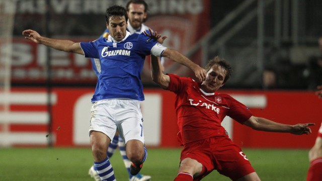 Twente Enschede's De Jong challenges Schalke 04's Raul during the Europa League soccer match in Enschede