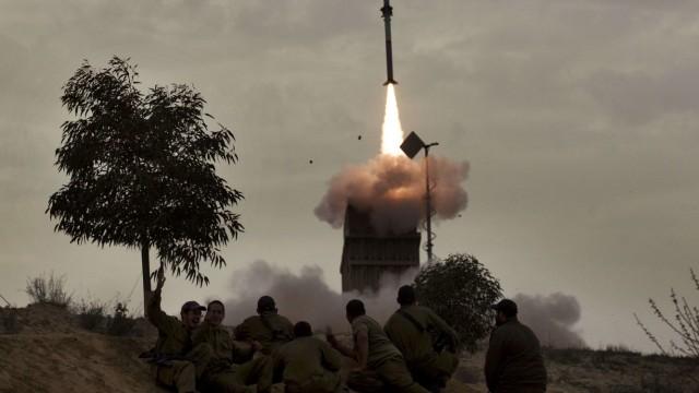 Gewalt in Nahost: Israelische Soldaten beobachten den Start einer Rakete ihres Abwehrsystems Iron Dome.