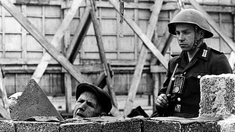 Berliner Mauer 1961 Mauerbau Berlin Soldat der Nationalen Volksarmee AP