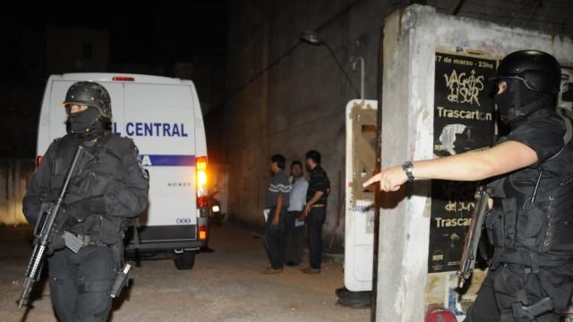 Uruguay: Nach einer Anhörung am Sonntagabend in Montevideo werden die beiden beschuldigten Krankenpfleger zurück ins Gefängnis transportiert - unter schwerer Bewachung.