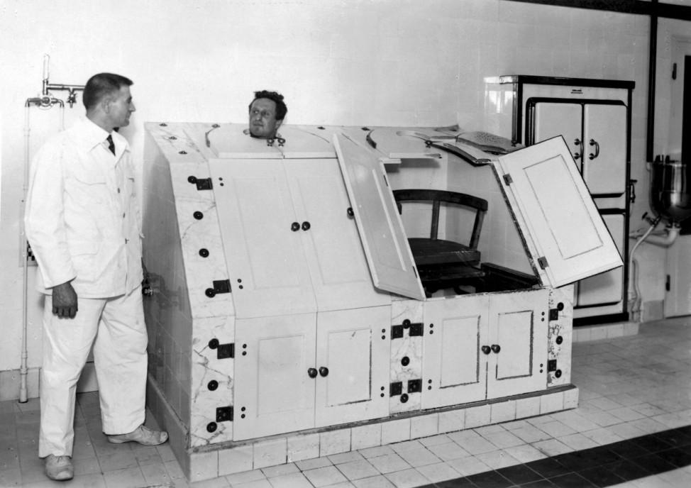 Schwitzkästen in einem Kurbad, 1928