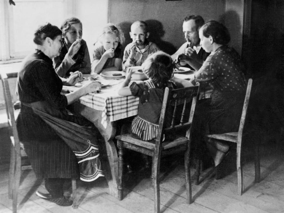 Bauernfamilie beim Mittagessen, 1935