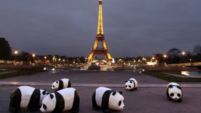 FRANCE-CLIMATE-WARMING-EARTH-HOUR