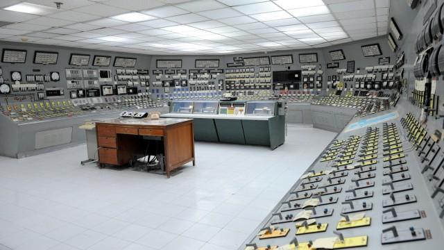Atomenergie: Hallo, kommt bald der Strom? Ein Besuch im AKW Bataan fühlt sich an wie eine Zeitreise in die Atomwelt der 80er Jahre: Die Anzeigen und Schalttafeln erinnern an alte James-Bond-Filme.