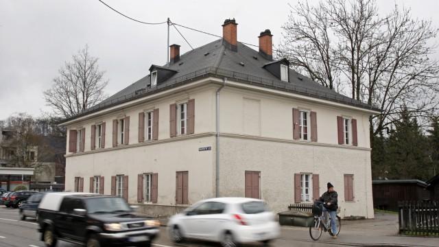 Wolfratshausen: In seinem derzeitigen Zustand fällt das Haus aus dem Jahr 1823 in seinem bauhistorischen Wert meist nur noch Kennern auf. Für die lokale Medizingeschichte ist das alte Wolfratshauser Krankenhaus nach Ansicht des Historischen Vereins indes von großer Bedeutung.
