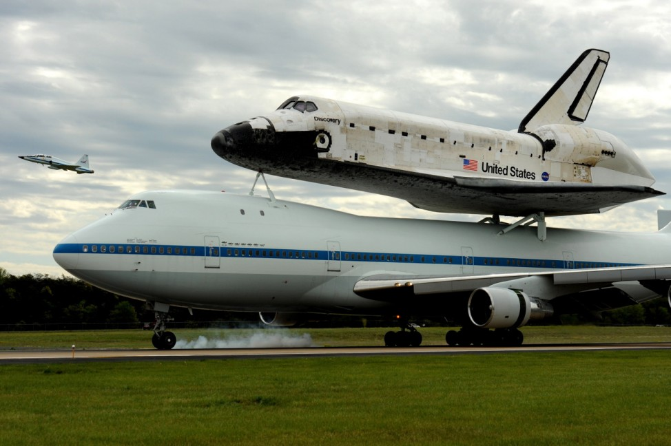 Discovery space shuttle arrives at Washington Dulles Internationa