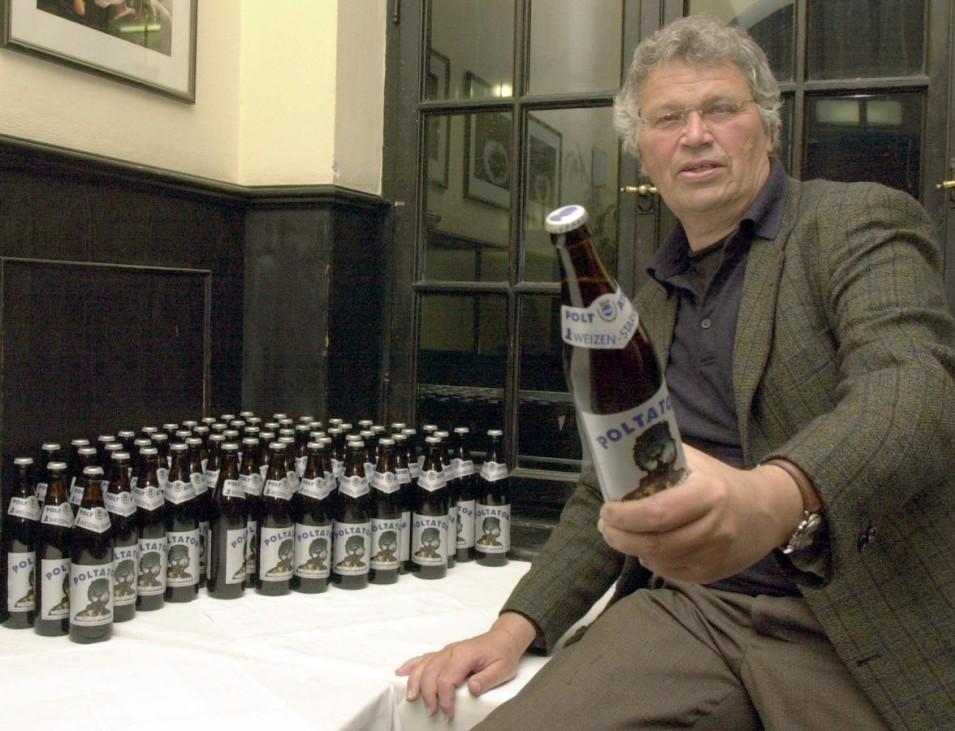 """Gerhard Polt verkauft Bier mit der Aufschrift """"Poltator"""", 2002"""