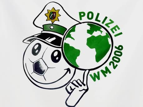 Ausrutscher nach rechts, Logo Fußball-WM Polizei; Foto: ddp