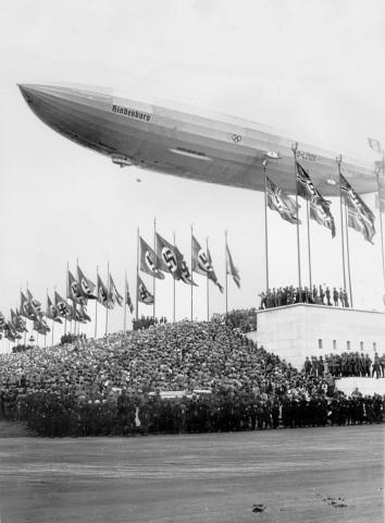 """Luftschiff LZ 129 """"Hindenburg"""" über dem Zeppelinfeld in Nürnberg, 1936"""