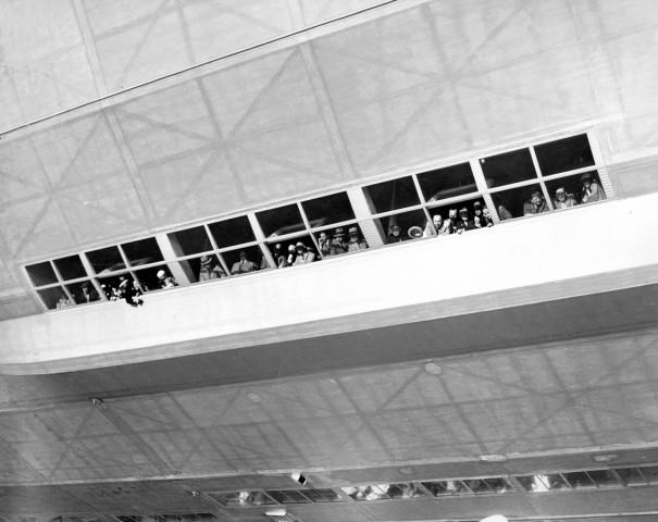"""Passagiere an den Panoramafenstern der LZ 129 """"Hindenburg"""""""