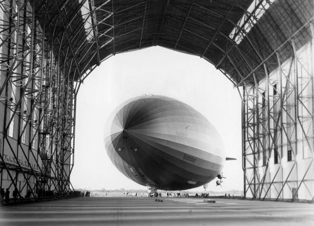 """Das Luftschiff """"Hindenburg"""" in der Luftschiffhalle in Rio de Janeiro, 1936"""
