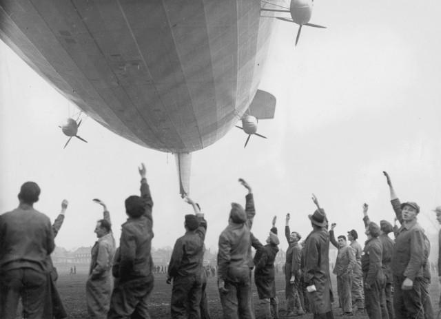 """""""Hindenburg"""" macht den ersten Probeflug, 1936"""