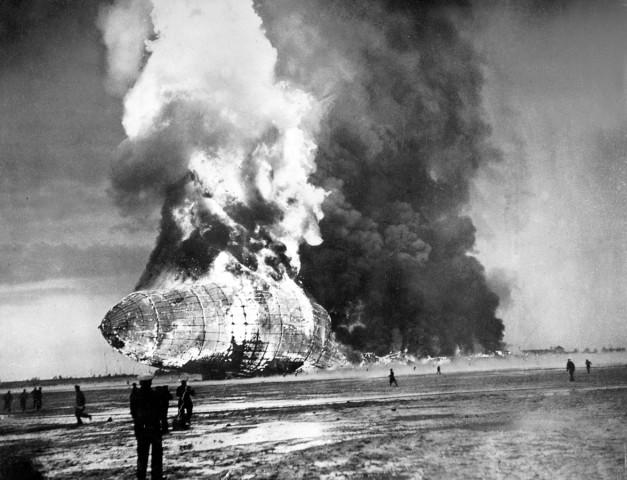 """Katastrophe des Zeppelin-Luftschiffes """"Hindenburg"""" (LZ 129) in Lakehurst, 1937"""