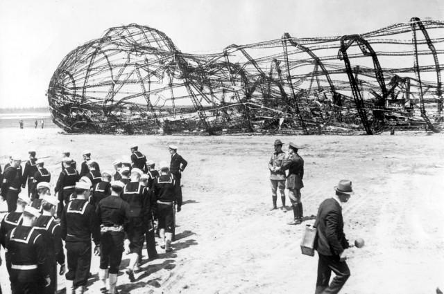Gerippe des abgestürzten Luftschiffes Hindenburg, 1937