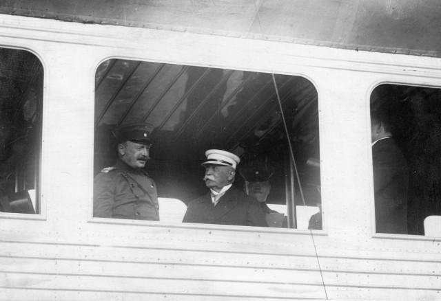 Ferdinand Graf Zeppelin mit König Friedrich August III. von Sachsen, 1913