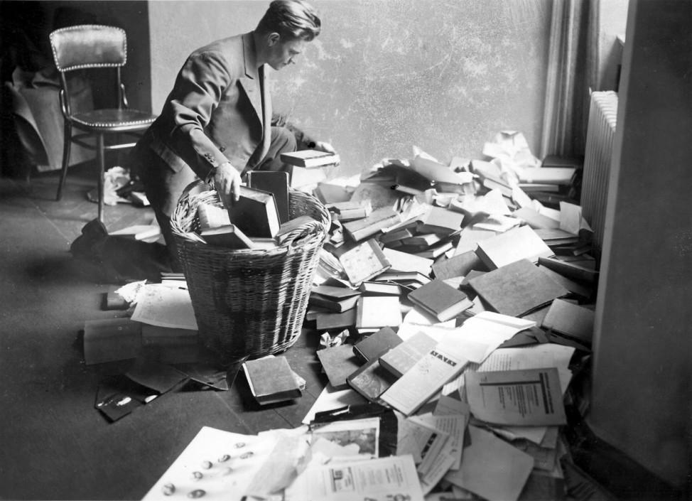 """Student beim Aussortieren von """"Schundliteratur"""", 1933"""