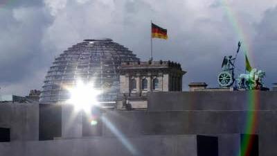 9. November: Der Reichstag in Berlin - die Hauptstadt des wiedervereinigten Deutschlands. Im Vordergrund ist das Holocaust-Mahnmal zu sehen.