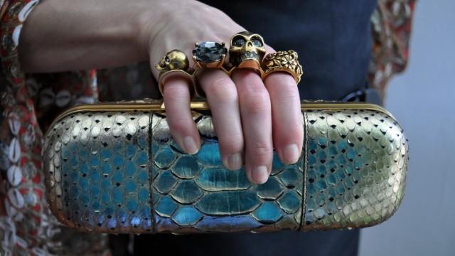"""Fashion Week London: Handtasche mit Schlagring: Zollbeamte beschlagnahmten die """"Knuckle Duster Clutch"""" am Flughafen München als Waffe."""