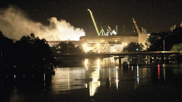 Unfall bei Wartungsarbeiten: Rauch steht über den Docks des Portsmouth Naval Shipyard in Kittery, Maine: Am Mittwochabend brach an Bord des Atom-U-Boots USS Miami (SSN 755) ein Feuer aus.