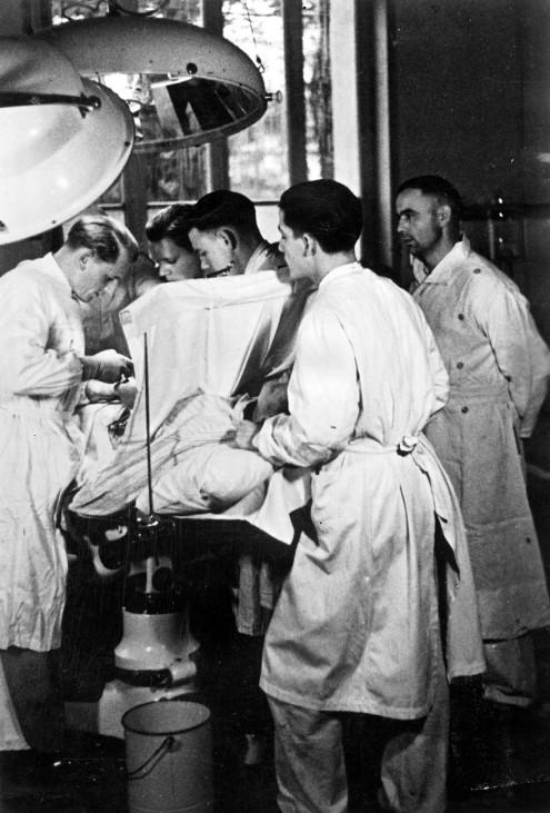 Operation in einem Lazarett an der Kanalküste, 1940