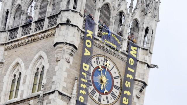 Protest gegen dritte Startbahn: Aktivisten aus Attaching hängten Protestplakate vom Rathaus-Turm herab. Eine halbe Stunde später rollten sie sie wieder ein.