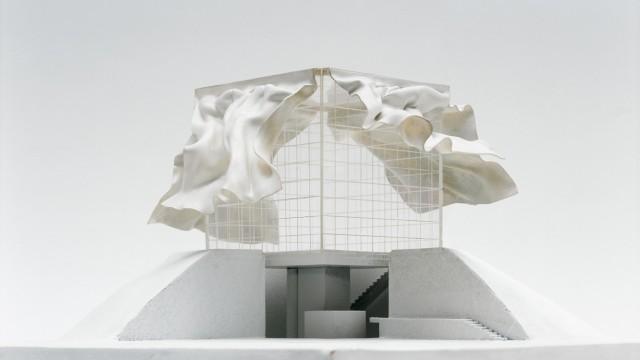 """Architektur-Ausstellung in Frankfurt: Der österreichische Architekt Raimund Abraham bevorzugte seinen Entwurf im Zwergenmaß: """"Das Haus mit den Vorhängen will ich nie bauen, ich will die Vorhänge schweben sehen."""""""