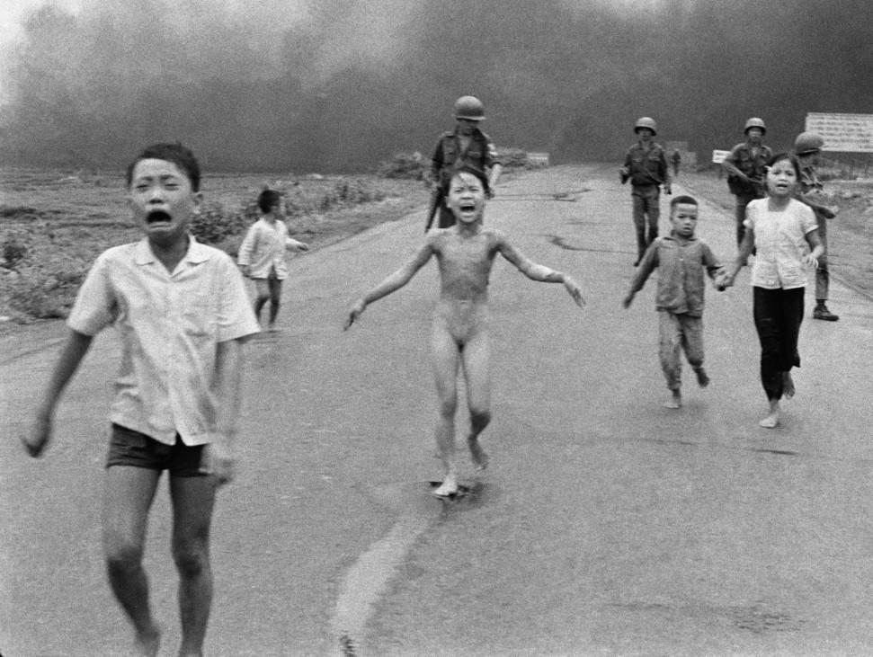 Historisches Bild vom Grauen des Krieges von KIM PHUC (Mitte) in VIETNAM von Nick Ut