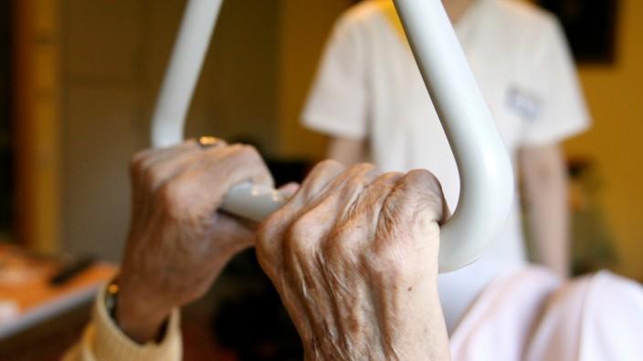 Pflegerin mit alter Frau