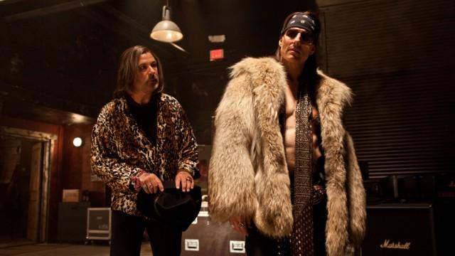 """""""Rock of Ages"""" in der SZ-Cinemathek: Alten Helden dicht auf den Pelz gerückt - Alec Baldwin und Tom Criuse in """"Rock of Ages""""."""