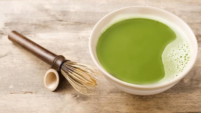 Trendgetränk Matcha Latte: Uralter Teil der japanischen Teezeremonie: Matcha, pulverisierter Grüntee, wird mit Wasser angerührt - und mit Milch oder Sojamilch zur Matcha Latte.