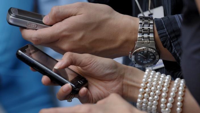 Menschen nutzen ihr Smartphone