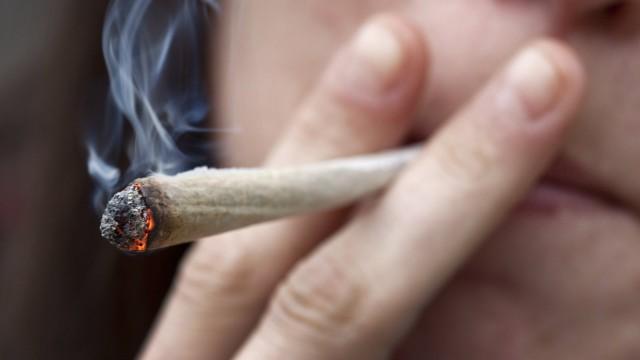 Ein Kifferin in Belgien zieht an ihrem Joint Urugay Marihuana