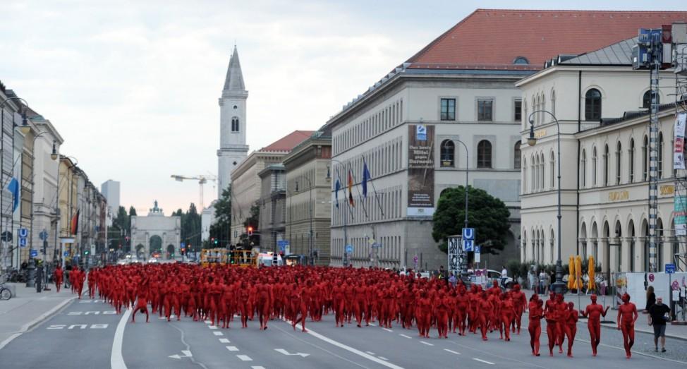 Installationsprojekt 'Der Ring' mit 1000 nackten Menschen
