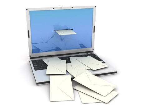 Computer mit Briefen