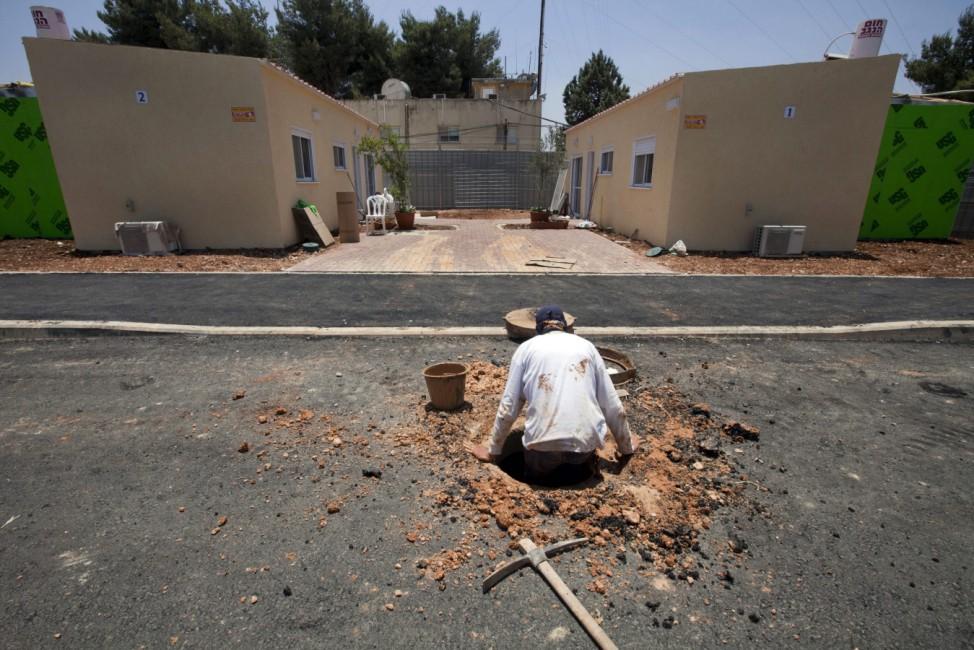 Jewish settlers from Ulpana neighborhood of Bet El move into new