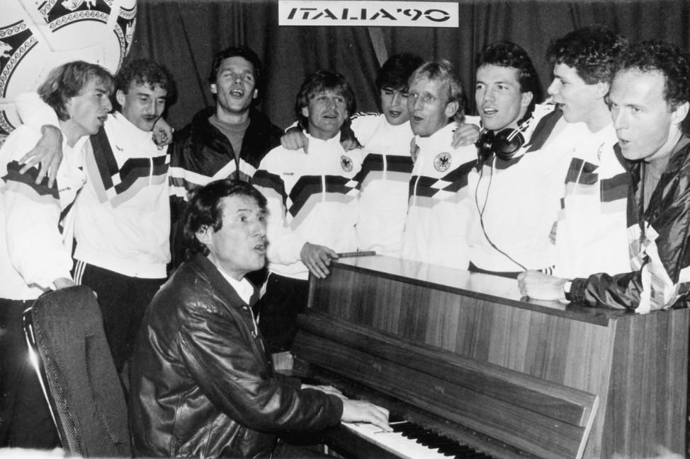 Udo Jürgens mit der deutschen Fußball-Nationalmannschaft inm Tonstudio, 1989