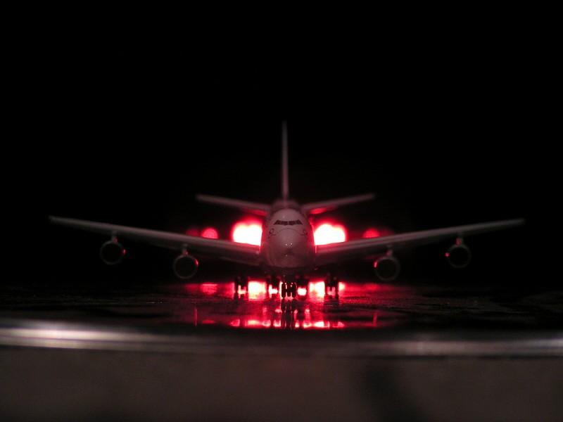 Flugzeug nachts am Airport