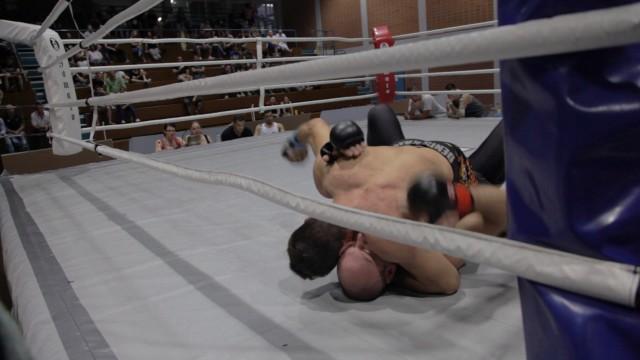 Umstrittener Kampfsport MMA: Kristian Ozimec versucht seinen Gegner am Boden mit Schlägen zu bearbeiten. Für Gegner des Mixed Martial Arts ist das rohe Gewalt.